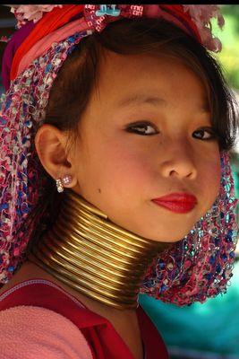 jeune femme girafe en thailande