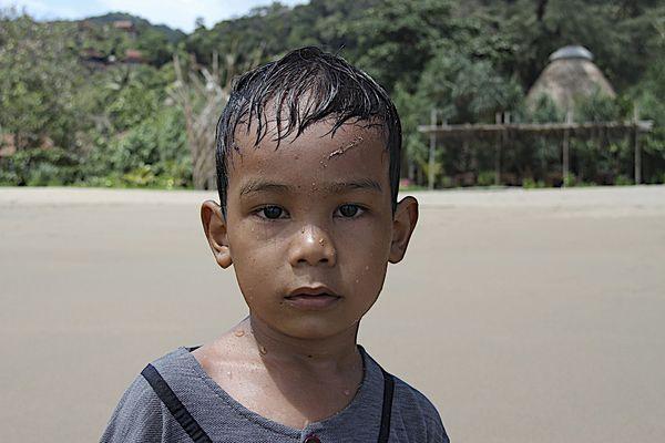 jeune garçon du sud de l'indonesie