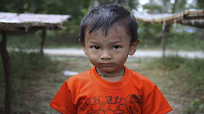 Jeune garçon qui habite une petite ile de pêcheurs à Ko Lanta .