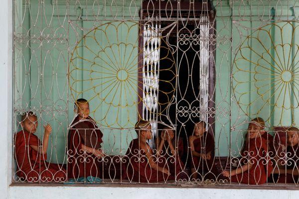 Jeunes moines en à Moulmein