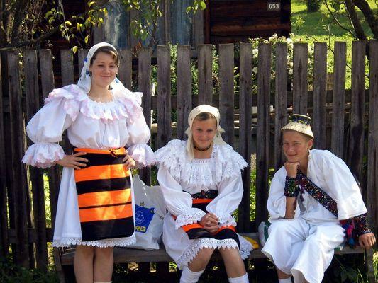 Jeunes Roumains de la région du Maramures le jour de la St Jean.