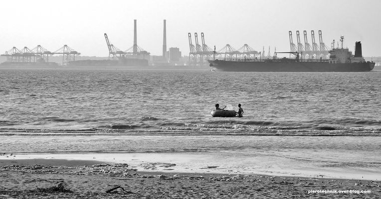 Jeux d'enfants dans les docks du Havre