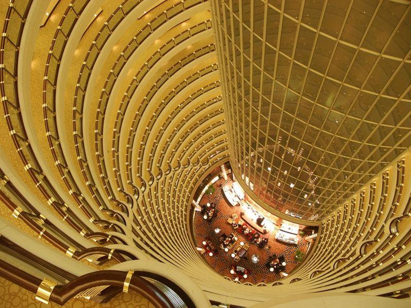 Jin Mao.Blick von oben ins Hotel-Atrium.