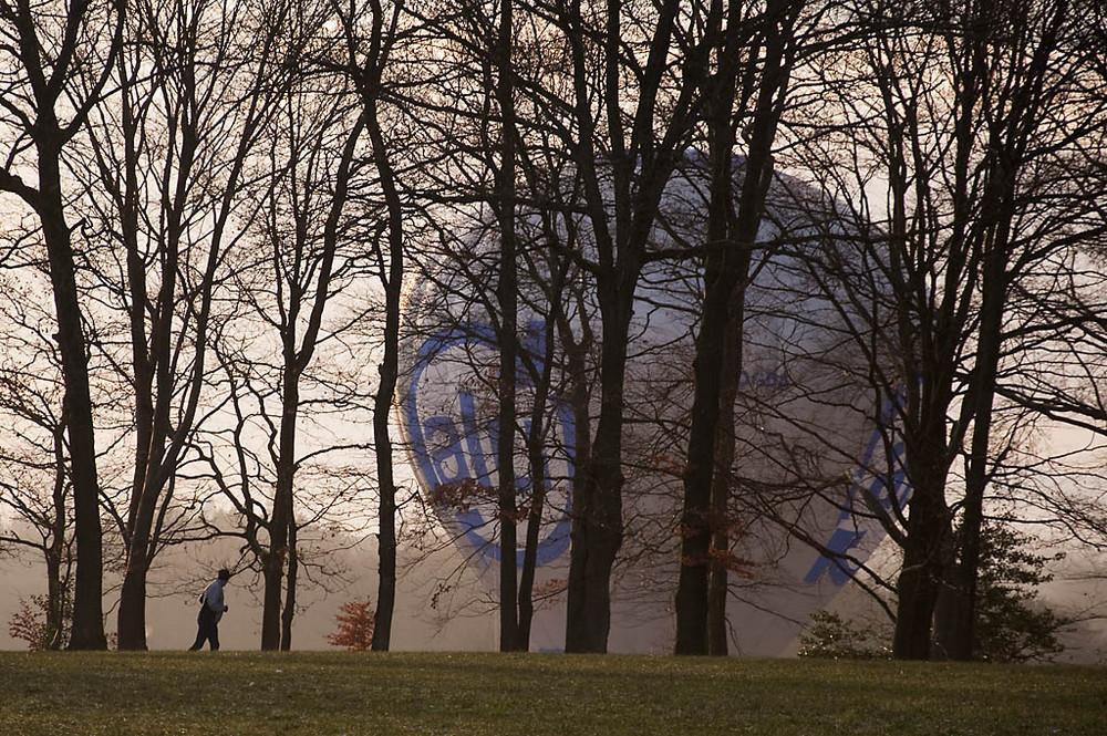 Jogger trifft auf einen Heißluftballon
