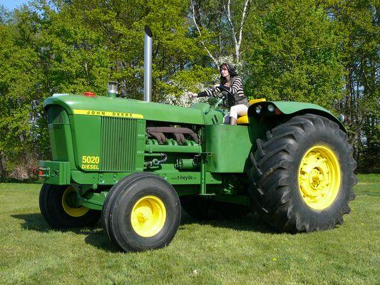 John Deere 5020 mit Traktoristin