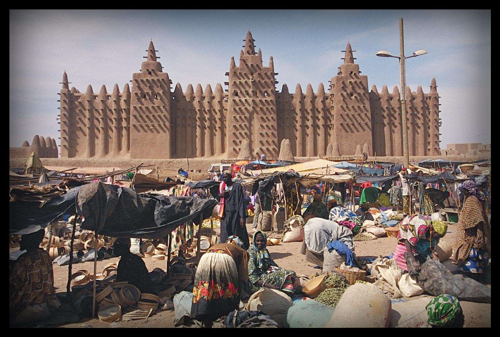 Jour de marché devant la mosquée de Djenné