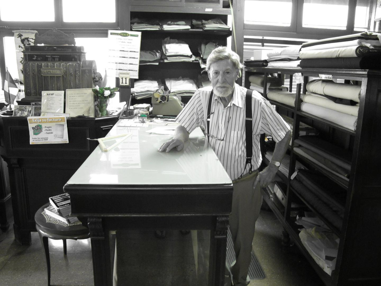 Juan,98 ans,dans sa boutique.