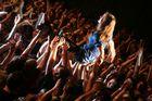 Judith von Wir sind Helden lässt sich von den Fans auf Händen tragen