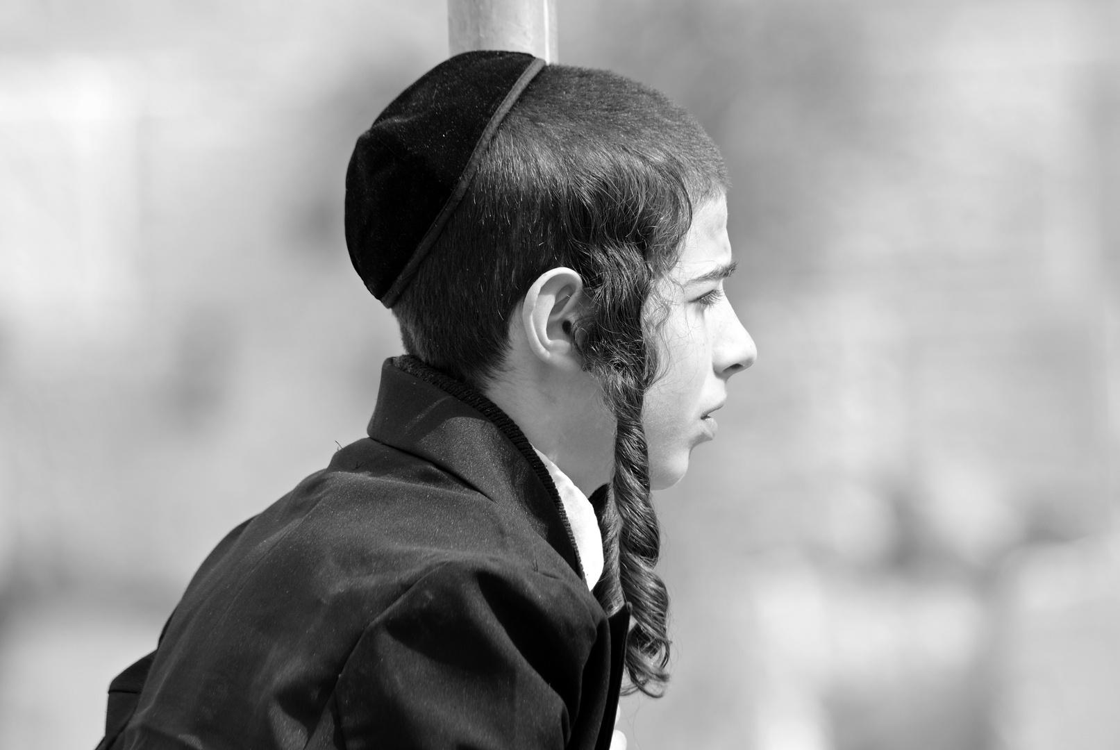 jüdisch orthodoxer Junge bei der Klagemauer in Jerusalem