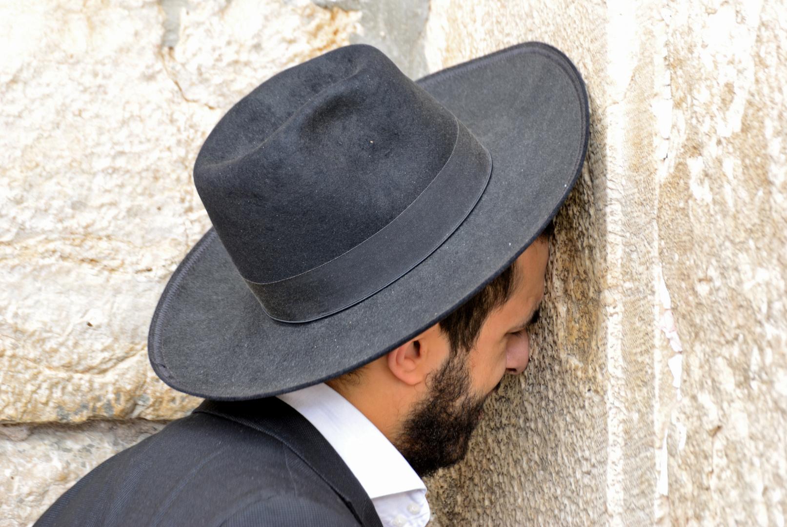 jüdisch orthodoxer Mann an der Klagemauer