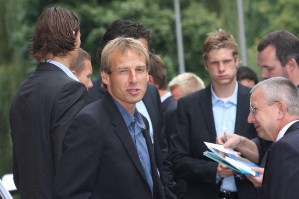 Jürgen Klinsmann (FC Bayern) vor dem Empfang bem damaligen Ministerpräsident Günther Beckstein
