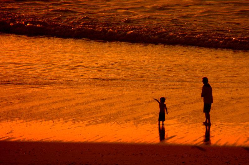 Jugando en la orilla