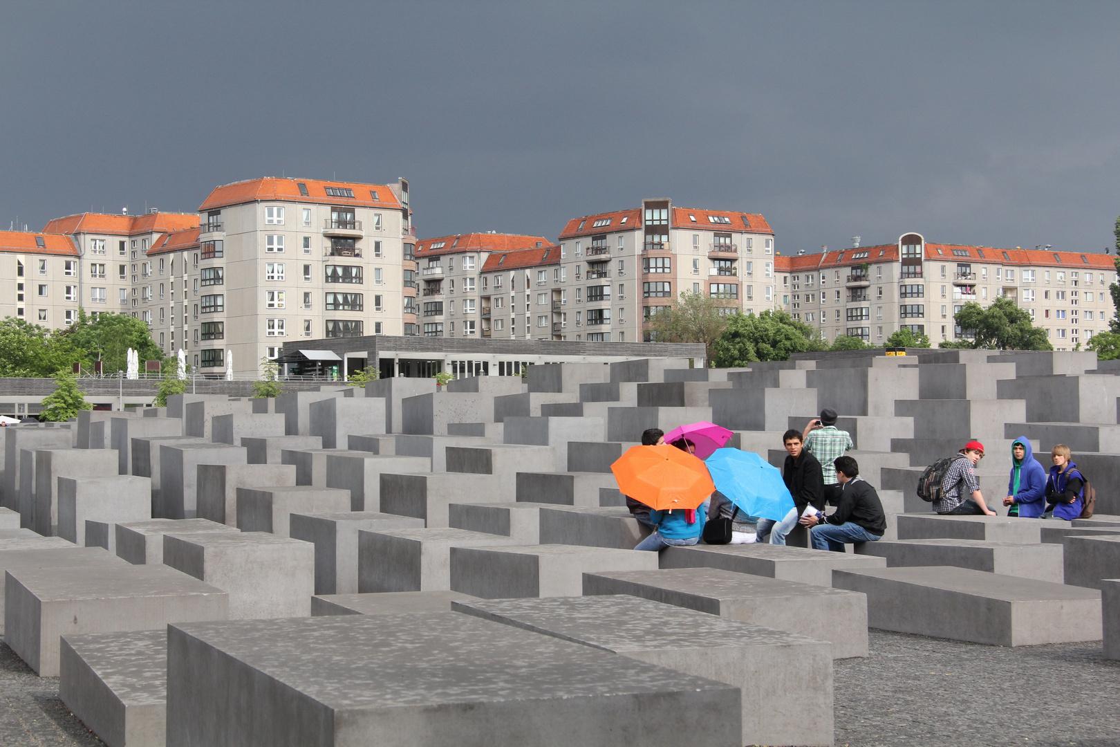 Jugendliche am Holocoast-Mahnmal in Berlin
