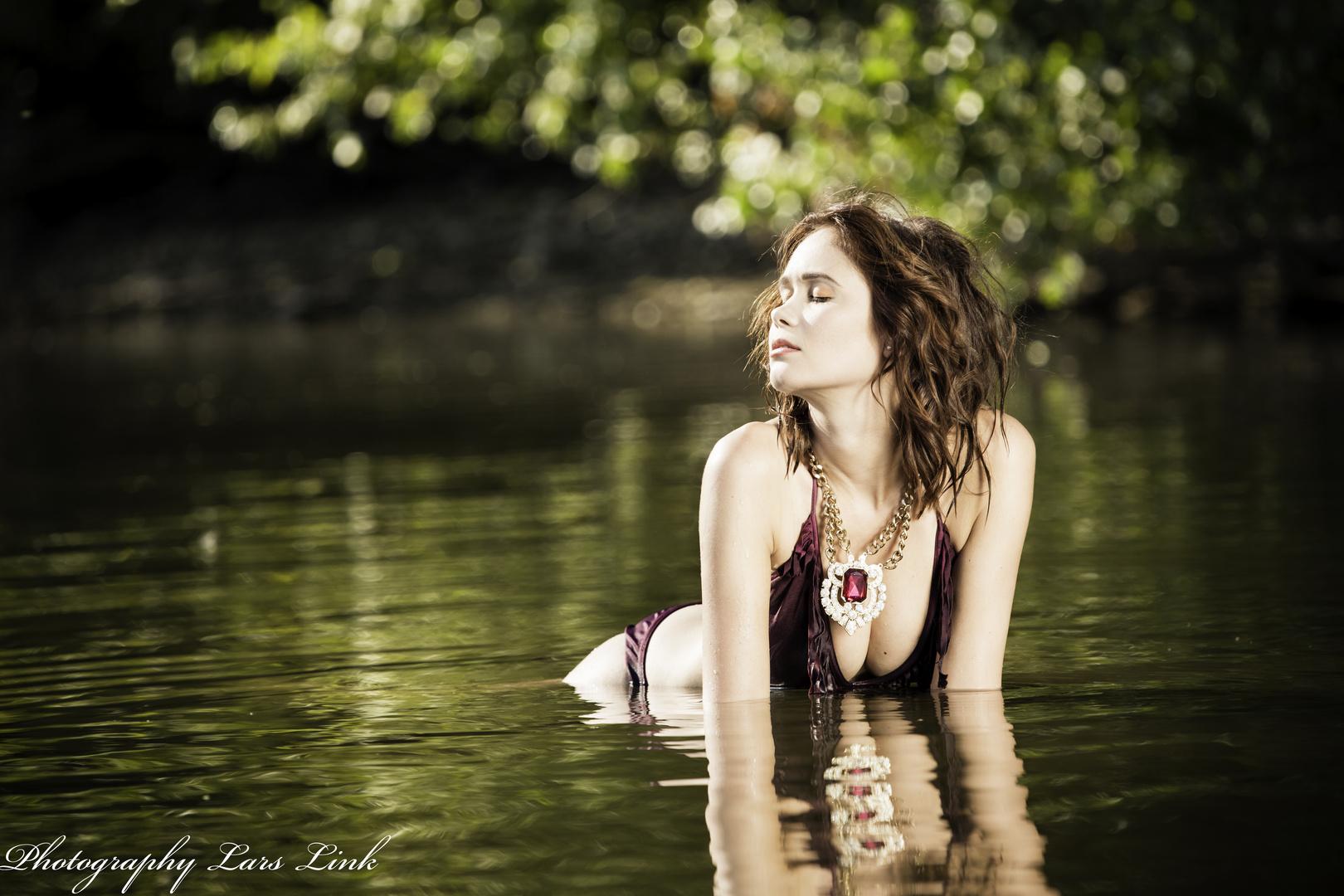 Julia im Rhein