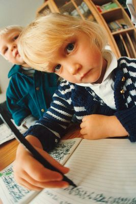 Julie bei ersten Schreibübungen