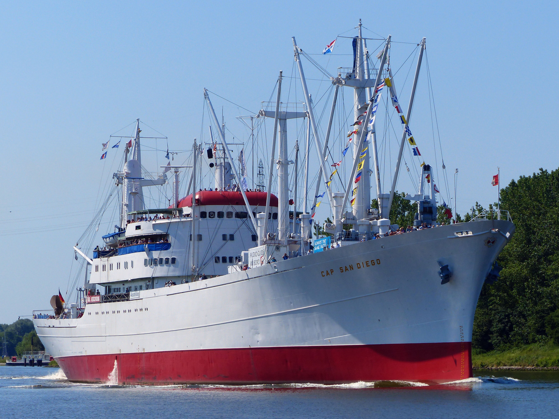 Junge -Alte Dame im Nord-Ostsee-Kanal