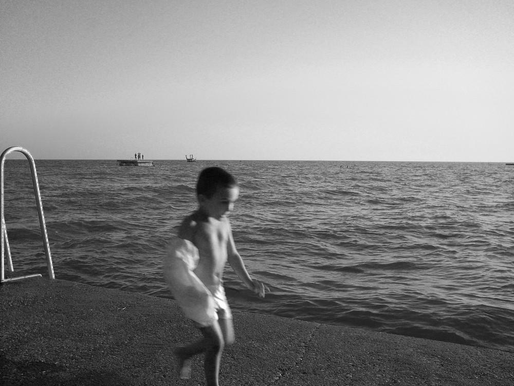 Junge am Meer.