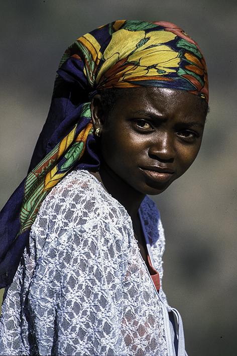 junge Andenkenverkäuferin an einem Pass in den Drakensbergen