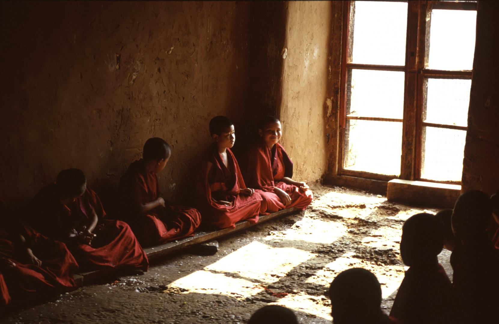 Junge buddhistische Mönche in einem Kloster in Bhutan