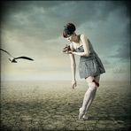 Junge Dame mit kleinem Schuh in Wüste
