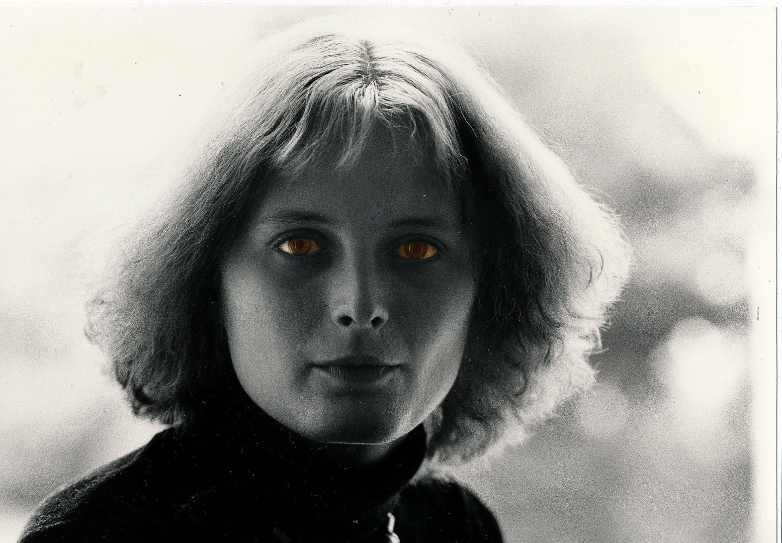junge Frau mit rehbraunen Augen