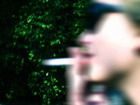 junge frau mit zigarette in eile