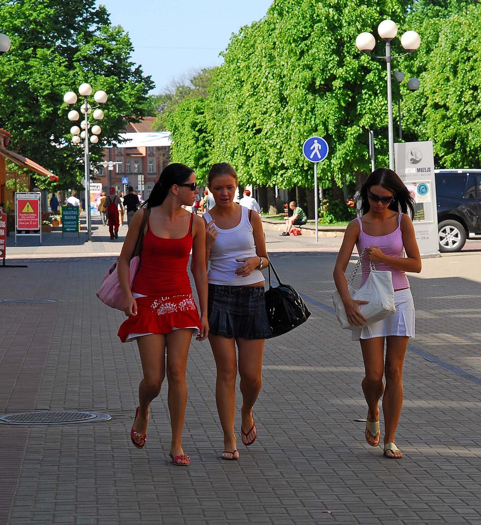 Junge Frauen auf dem Wege zum Strand Foto & Bild | jugend