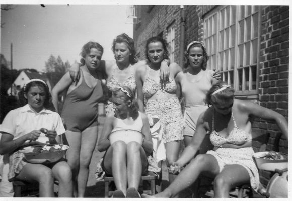 Junge Frauen beim Kartoffelschälen-1936