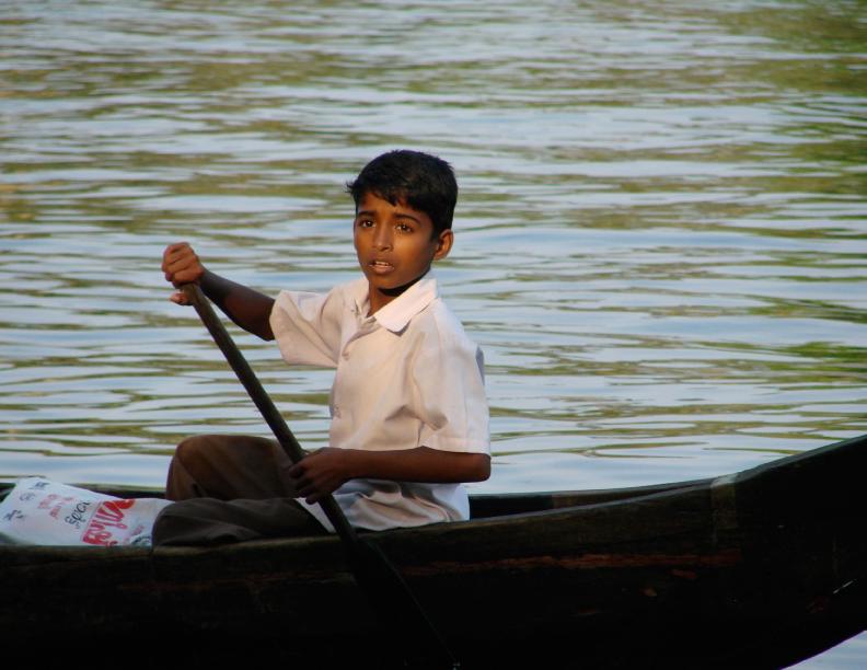 Junge im Kanu