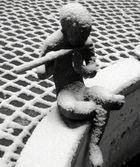 Junge im Schnee II in S/W