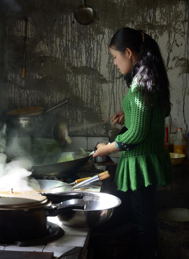 Junge Köchin in Tibet