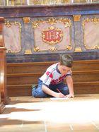 Junge malt in der Kirche