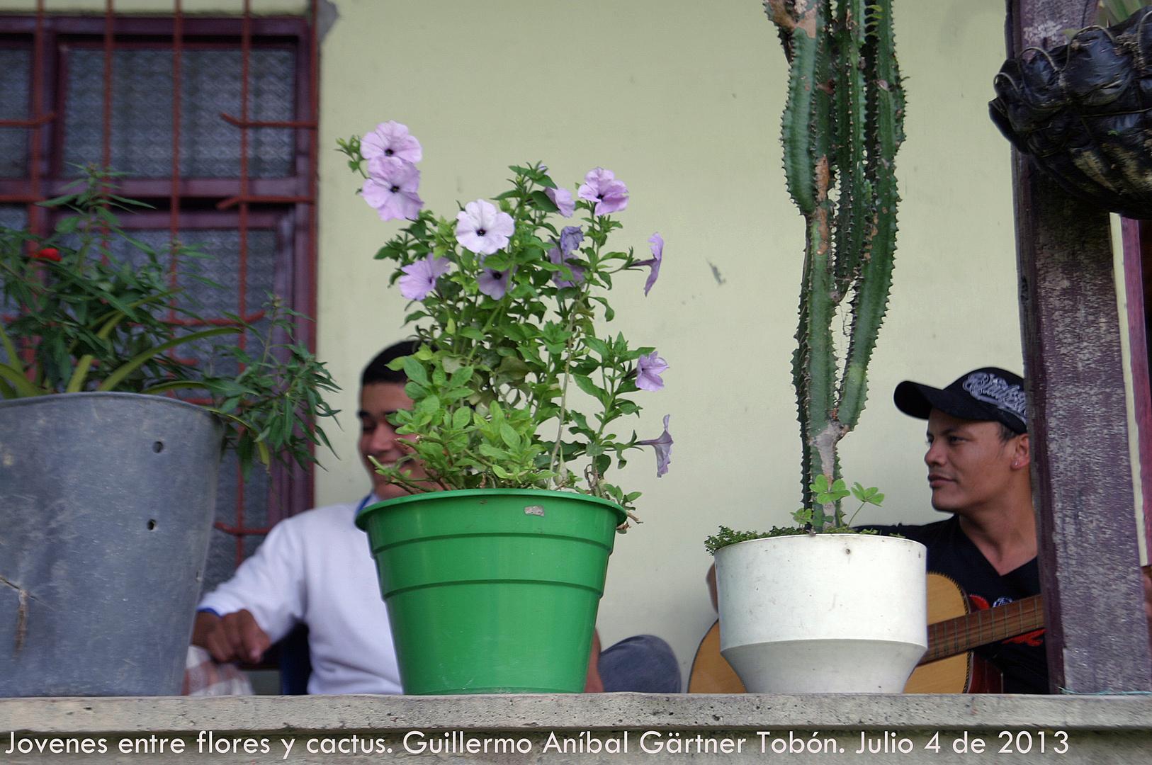 Junge Menschen zwischen Blumen