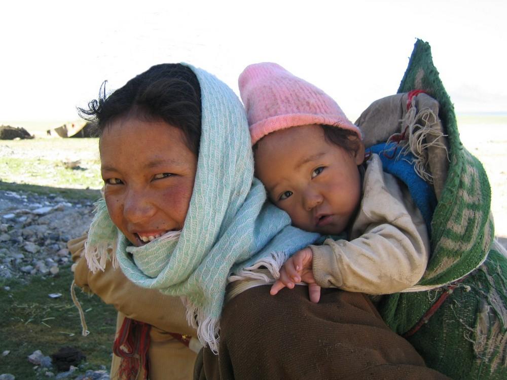 Junge Mutter mit Kind am Namtso, Tibet