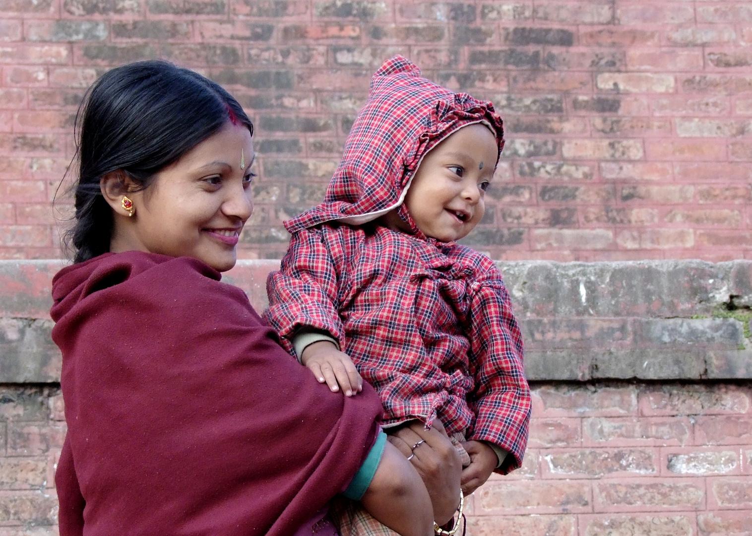 Junge Mutter mit Kind in Kathmandu