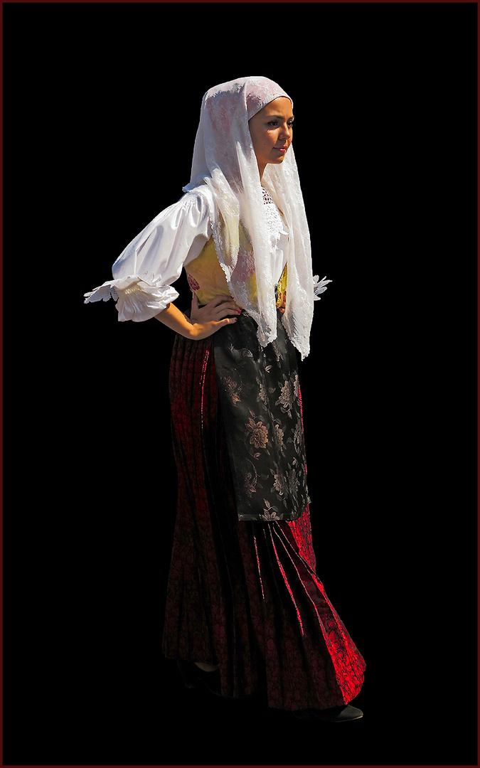 Junge Sardin in traditioneller Tracht .../ Sarda giovane in costume tradizionale ...