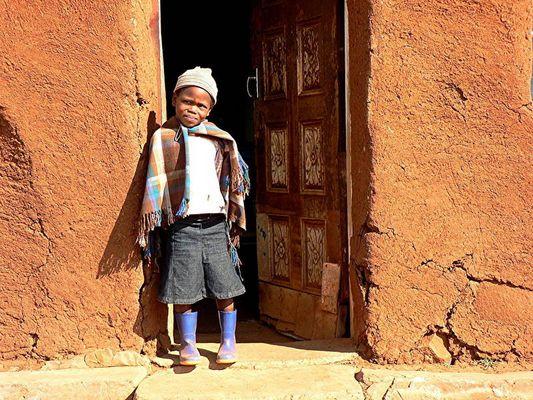 Junge vor seinem Haus in Malealea/ Lesotho