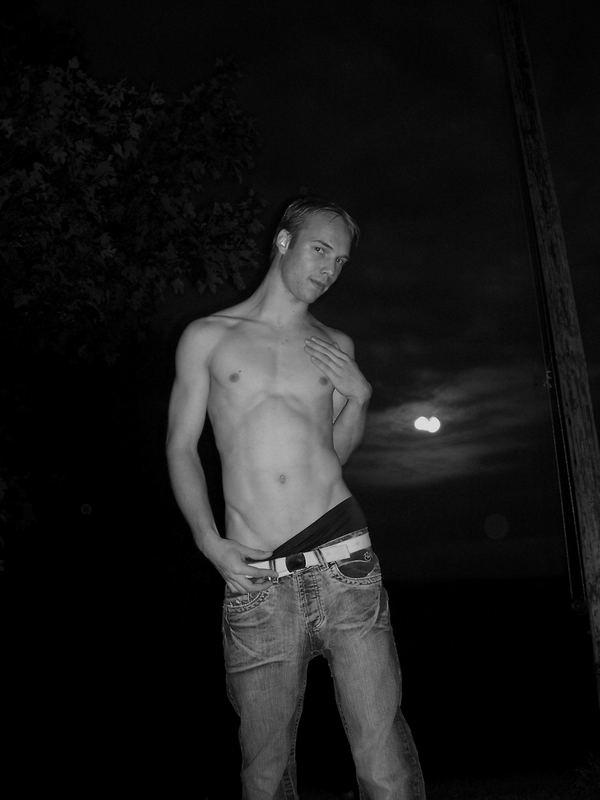 junger Bursche vor dem Mond