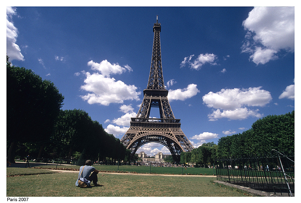 Junger Mann am Eiffelturm