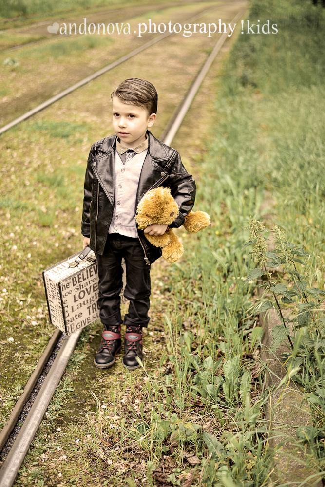 Junger Mann mit Koffer