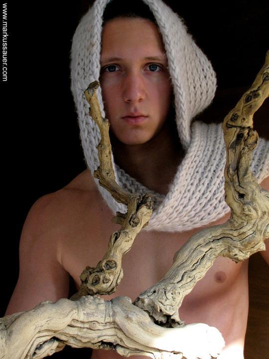 Junger Mann mit Schal