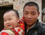 Junger Mann vom Land mit Kind