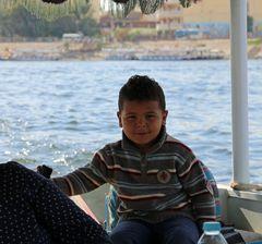 Junger Steuermann über den Nil