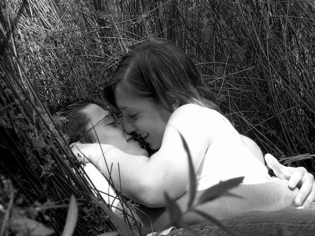 junges glück versteckt im grase