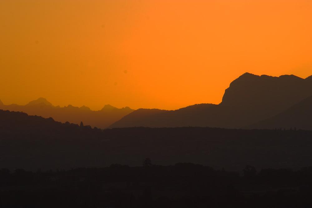 Juste avant le lever du Soleil, vue sur les Alpes vaudoises depuis Chambésy.