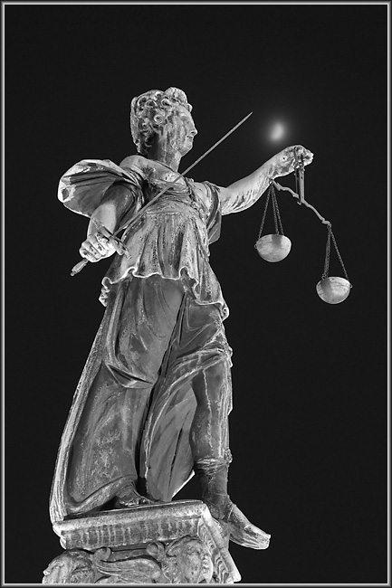 Justitia mit Mond
