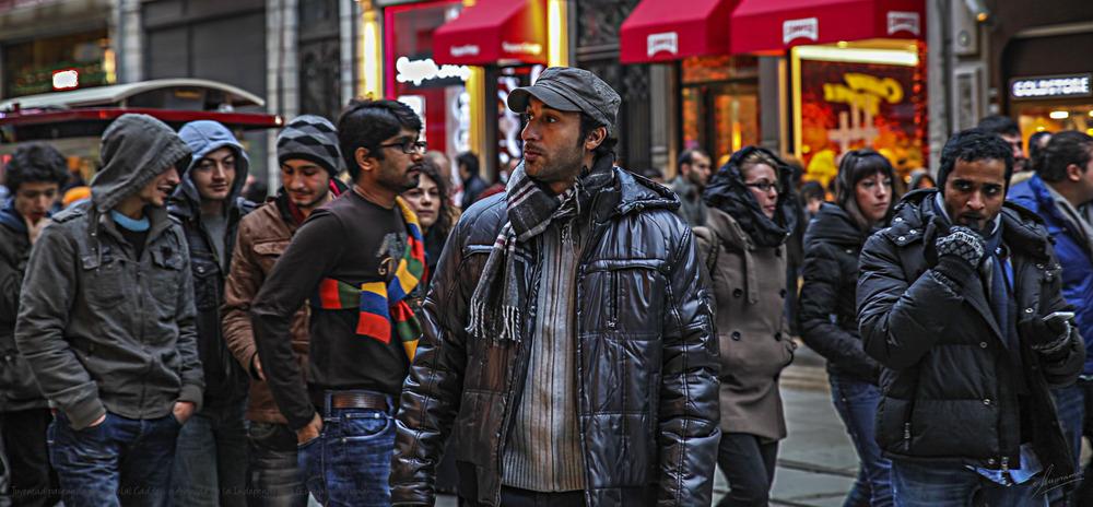 Juventud paseando por Istiklal Caddesi o Avenida de la Independencia (Estambul Turquía)
