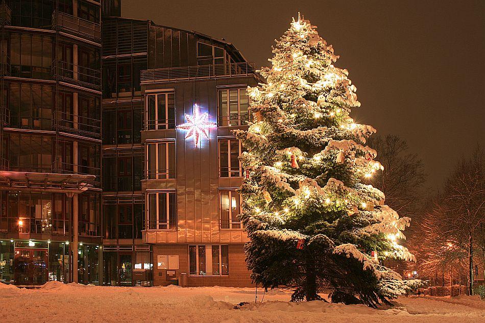kaarster rathaus im schnee bei nacht mit weihnachtsbaum. Black Bedroom Furniture Sets. Home Design Ideas