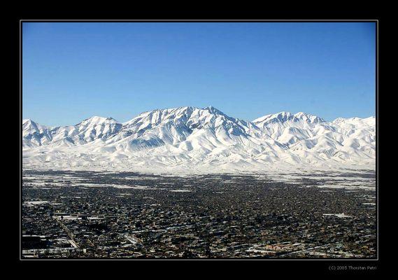 Kabul vor den Bergen