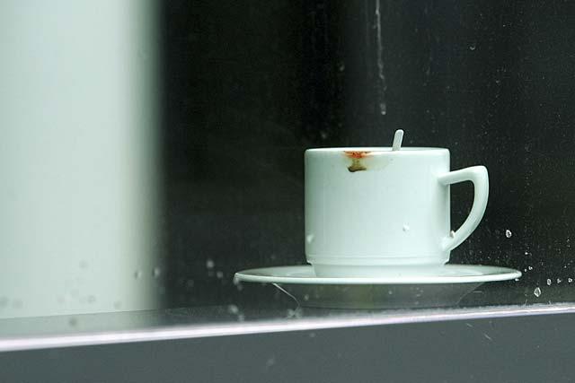 Kaffeetasse im Fenster